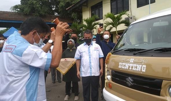 Wakil Wali Kota Tangerang Sachrudin saat banting kendi menandai beroperasinya Si Benteng